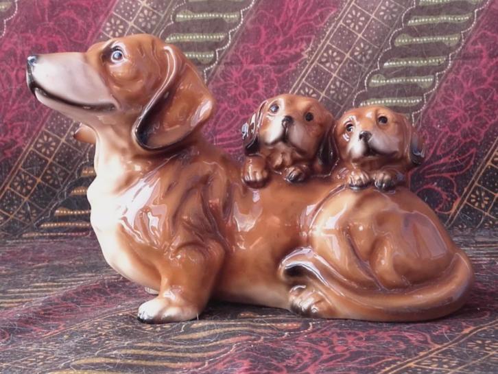 Oud Engels porseleinen beeldje van teckel met puppies 16 cm.