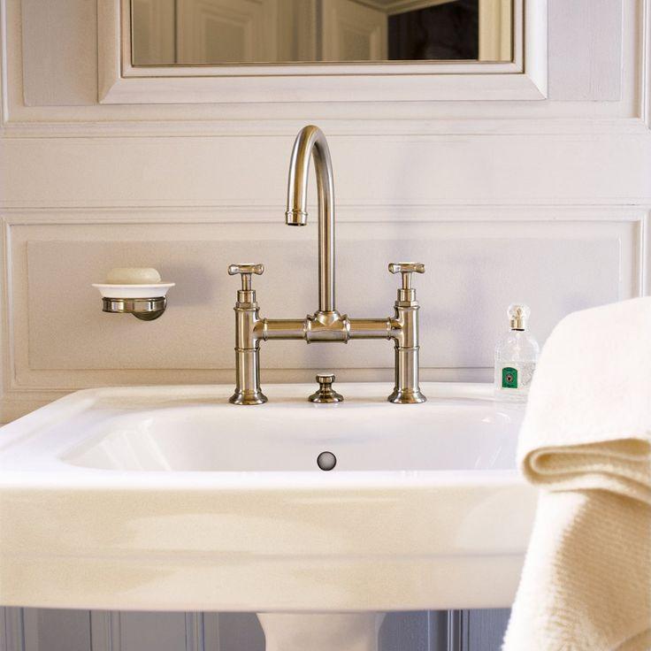 Kaksiotehana ja jalallinen allas tuovat kylpyhuoneeseen menneen ajan tunnelmaa. Hana: Axor Montreux │ Laattapiste