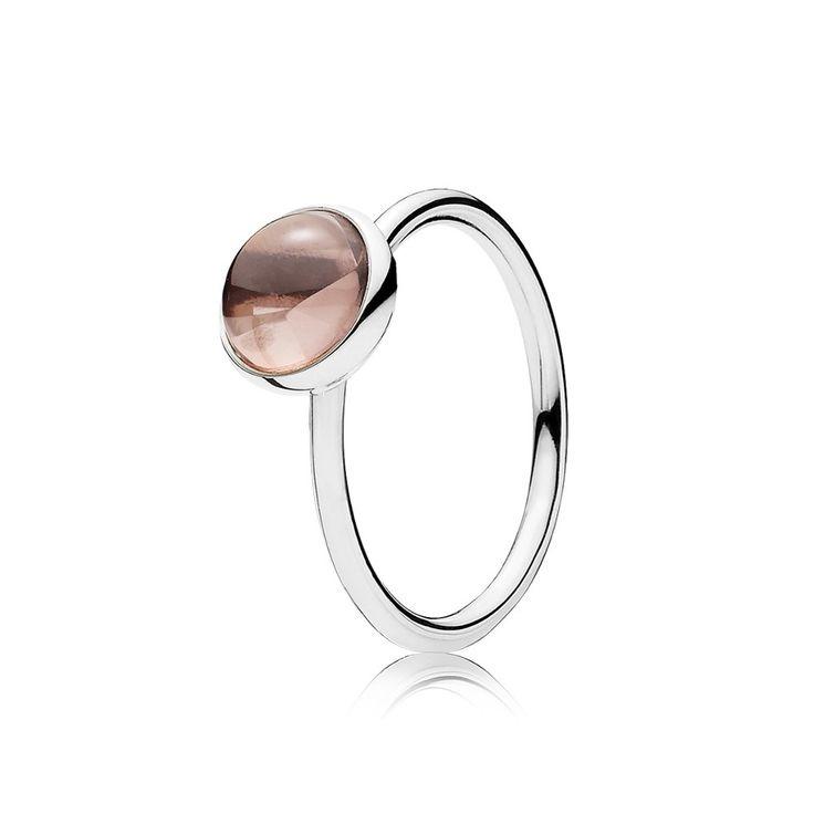 Ilumine seu look com este elegante anel acabado à mão que possui um cristal rosa-blush com lapidação buff top  representando uma gota d'água. Seu design claro e atemporal em prata de lei torna-o um lindo acréscimo a qualquer conjunto de anéis. Anel em prata de lei com 1 cristal rosa-blush com lapidação buff top e cravação inglesa, de 8 mm.