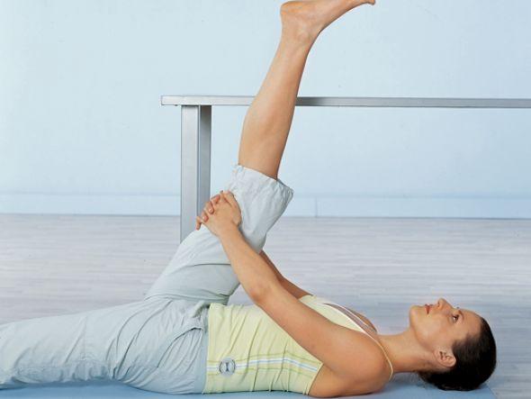 Beinheben  Das Hüftgelenk sowie die Beweglichkeit der Rückseite der Oberschenkel sind mitentscheidend für die Beweglichkeit Ihres Rückens. Legen Sie sich deshalb in Rückenlage auf den Boden.