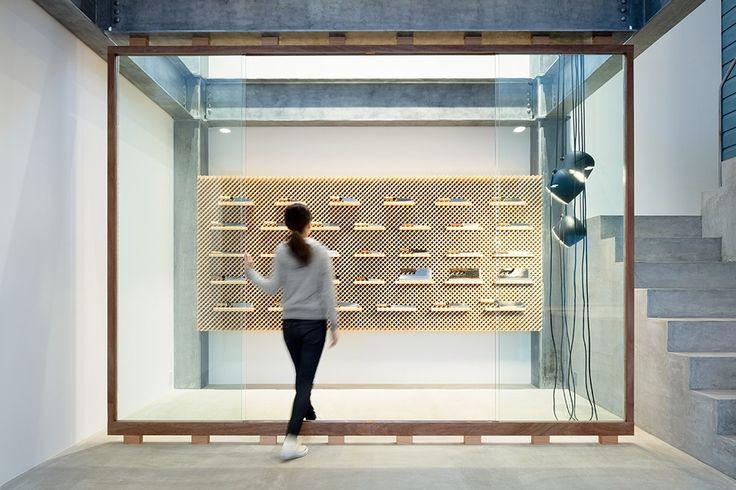 Yusuke Seki, designer basé à Tokyo, nous séduit souvent par son aménagement d'espaces commerciaux: boutique, salon de beauté… (pour retrouver les articles, cliquez ici). Une fois encore, il aiguise notre intérêt avec la conception d'un showroom pour la célèbre marque de couteaux, Tadafusa.  La culture culinaire japonaise implique une variété incroyable d'ustensiles sophistiqués pour la préparation et la consommation d'aliments. Mais le couteau reste l'outil principal, surtout lorsque l'on...