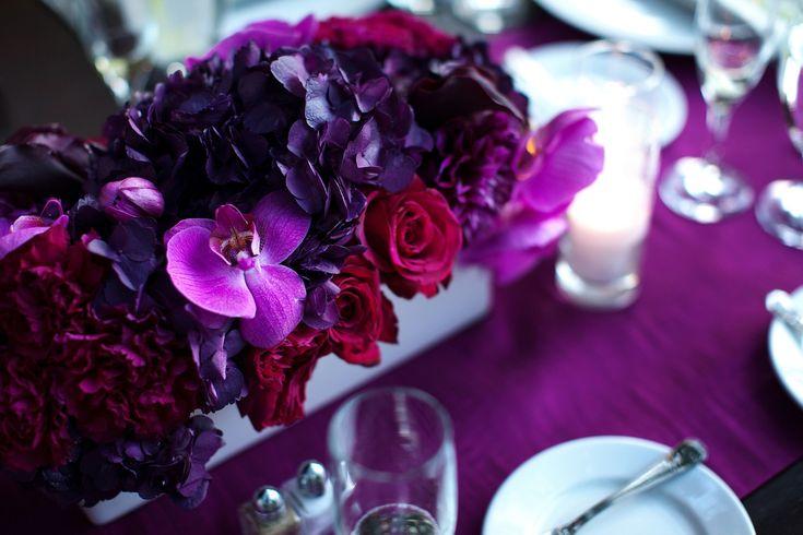 Centre de table fleuri avec des couleurs violettes/pourpres