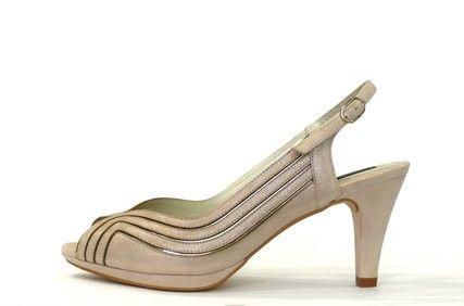 Zapato de vestir de la marca argenta, piel luce color platino con ribetes metálicos, punta abierta, cierre tira con hebilla, ancho ***