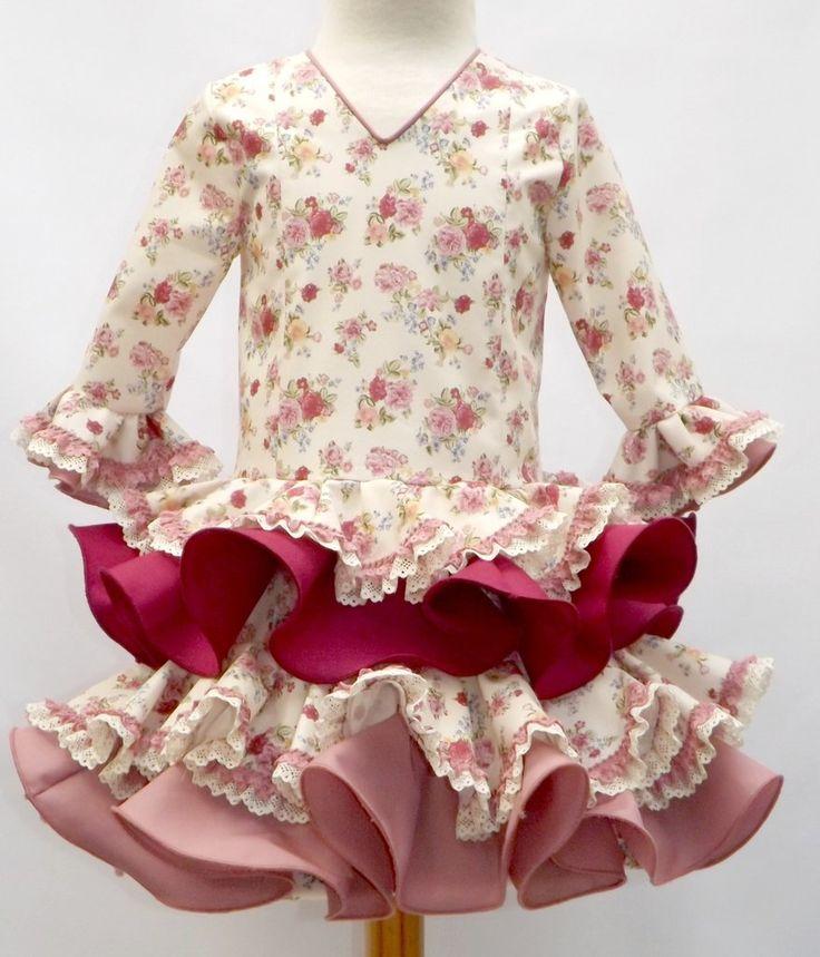 Traje de gitana para niña realizado a mano por nuestras propias modistas. Puedes encontrarlo en nuestra tienda online www.mibebesito.es