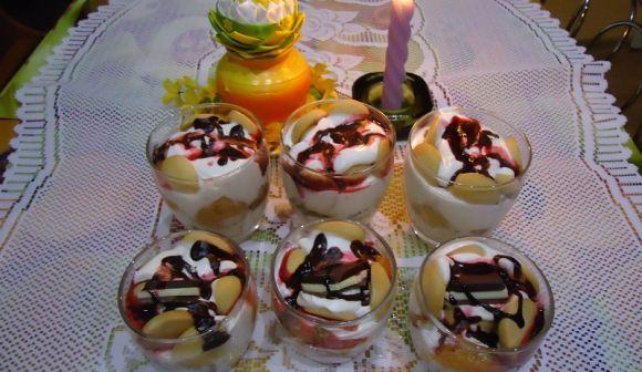 Jogurtový dezert v pohári s perníkom