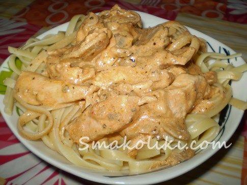 Курица по-строгановски с шампиньонами. Пошаговій рецепт с фото на Smakoliki.com