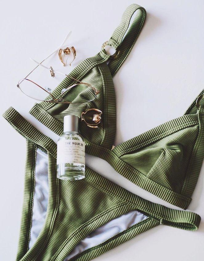 Ce bikini kaki donne envie de filer sous les tropiques... (photo Andy Csinger)