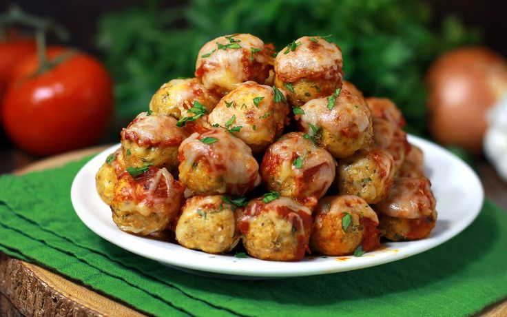 30-Minute Chicken Parmesan Meatball Poppers - Your favorite chicken Parmesan transformed into these popable chicken Parmesan meatballs.