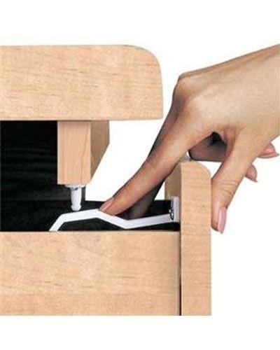 Trava para gavetas para evitar que as crianças prendam as mãos ou mexam no conteúdo, da Safety. À venda na Tricae (www.tricae.com.br). R$ 15,99. Preço pesquisado em setembro de 2015 e sujeito a alterações