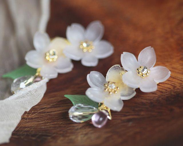 淡く透ける桜のイヤーカフ