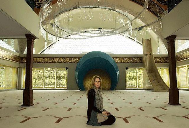 sebuah masjid yang cantik rekaan oleh Zeynep Fadillioglu, interior designer wanita