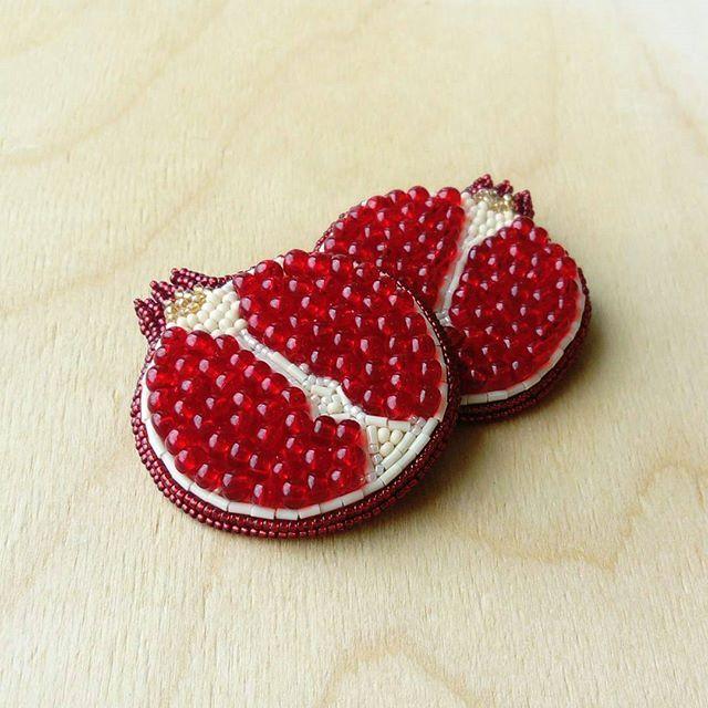 Мастер  @biseresque ~~~~~~~~~~~~~~~~~~~~~~~~~~~~~~~ Каждый гранат уникален по набору зернышек ♥  Кстати, вы знали, что в ботанике плоды гранатов относятся к ягодам?) 🍓 #бисеркраснодар #бисернаяброшь #брошьизбисераназаказ #брошьизбисеракраснодар #авторскаяброшь #дизайнерскаяброшь #аксессуарыкраснодар #украшениякраснодар