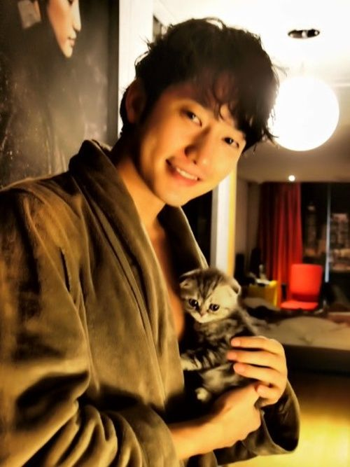 Park Shi-hoo in a bathrobe with wet hair snuggling a kitten. *falls over dead*