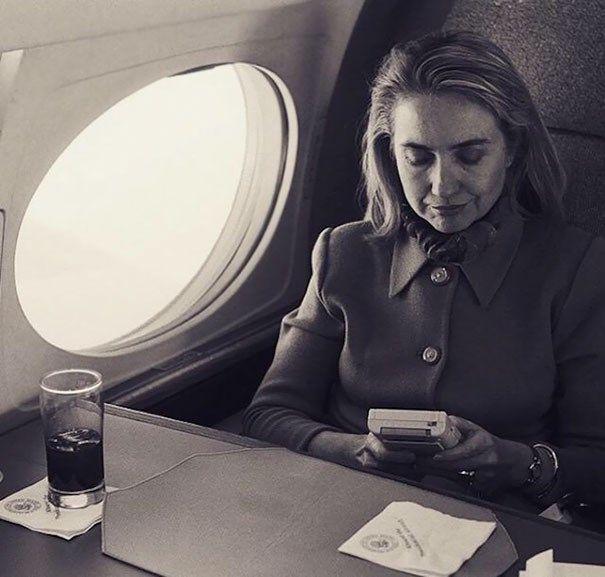 14.Hillary Clinton jogando Game Boy em um voo para Washington, em 1993