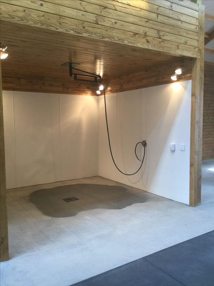 horse barn wash stall with 360 degree swivel boom and heated lamps barn stable
