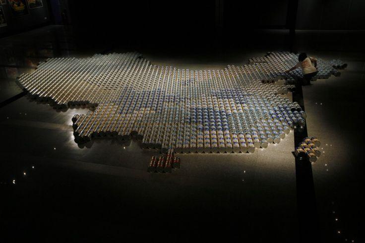 E' destinata a causargli nuovi problemi l'ultima opera di Ai Weiwei, archistar e artista dissidente cinese tra i più noti. Si tratta di una grande mappa della Cina, creata con centinaia di barattoli di latte in polvere, esplicita evocazione dei timori in Cina relativi alla sicurezza del prodo
