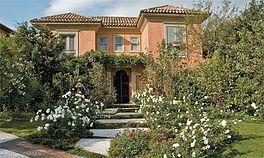 Pintura externa residêncial - italiano: em cores de terra ( terracota, molduras em concreto , janelas em verde ). Sugestão: paredes cor outono quente (coral) janelas e molduras cor cinza tostado ( coral ).