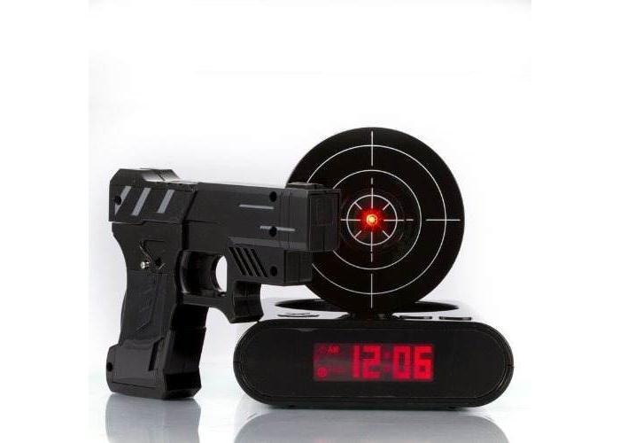 Reloj despertador con pistola láser Plástico ABS MEDIDAS DE LA PISTOLA 14.5 X 11.5 CMS RELOJ 13.4 X 14 CMS FUNCIONA CON PILAS AA NO INCLUÍDAS DISPARA AL SONAR, LA ALARMA FUNCIONA POR INFRAROJO GRABA TUS PROPIOS SONIDOS DE ALARMA LA ALARMA NO SE APAGARÁ HASTA QUE SE APUNTE EL CENTRO DE LA DIANA CON EL LÁSER