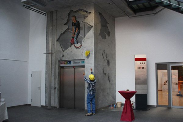 30 Amazing 3D Street Art, Treuhaus – Frankfurt A real estate company was celebrating 25th anniversary of their object. The 3D artist worked on concrete in the atrium.