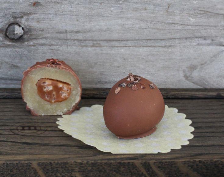 Marcipanæg med dumlesnack og chokolade