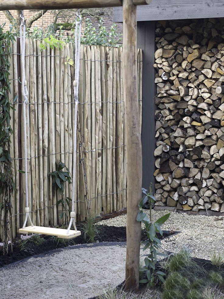 Garden design Amsteram. Wooden fence with Robinia swing. Op zoek naar een tuinontwerp of tuinarchitect? De Peppels ontwerpt tuinen om in te leven, te feesten en te spelen. In de stad en ver daarbuiten.