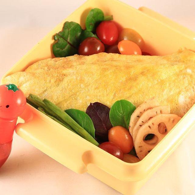 Lunch box today : ปิ่นโตวันนี้ : 今日のおべんと:Heutes Mittagessen  ข้าวซอสมะเขือเทศ(ใส่หอมหัวใหญ่ด้วย)/สลัดผัก ketchup-flavored rice wrapped in a thin omlet(mushrooms & onions)/salad Ketschup Rise(Champignon und Zwiebel)/Salat タマネギとマッシュルームのケチャップご飯/サラダ  #ปิ่นโต #海外生活 #ドイツ生活 #bento #obento