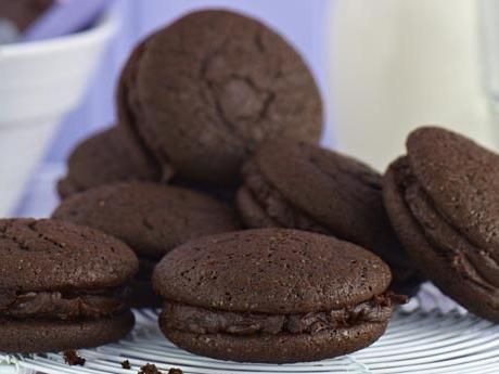Seg brownie, toffeeglass med egen chokladsås, lyxig chokladkaka, kladdig gladdkaka, whoopies och varm choklad. Här är chokladälskarens bästa recept.