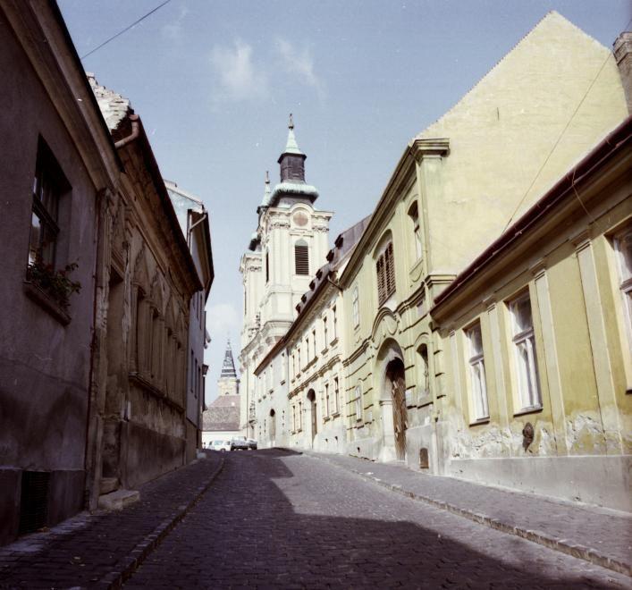 Arany János utca, Szent István-székesegyház és távolabb a ferences templom tornya.
