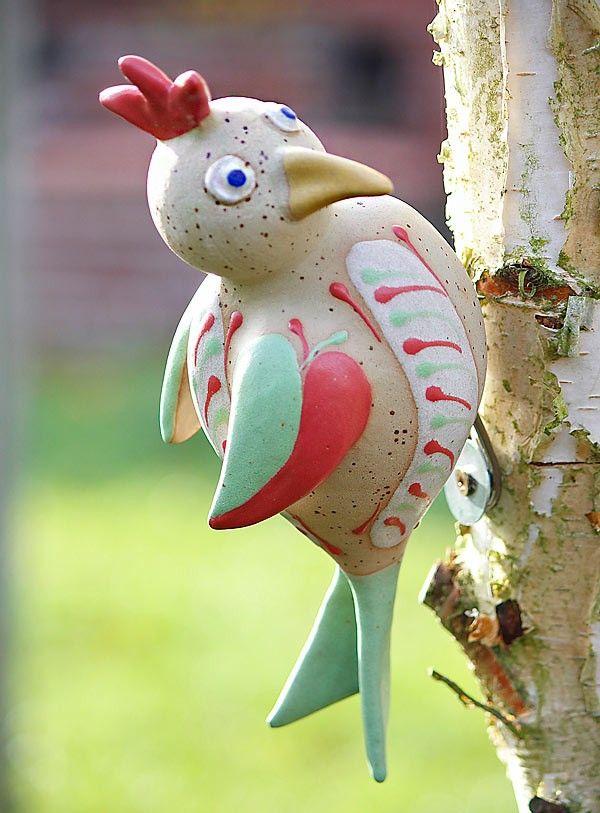 Der farbenfrohe und frostfeste Grünspecht wurde von einem deutschen Keramikkünstler getöpfert und glasiert. Er lässt er sich sturmsicher an Baumstämmen drapieren.