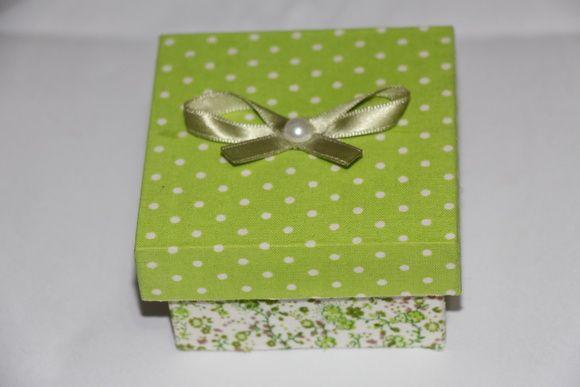 Caixinha em MDF ideal para lembrancinha coberta com tecido de diferentes estampas. R$ 8,00