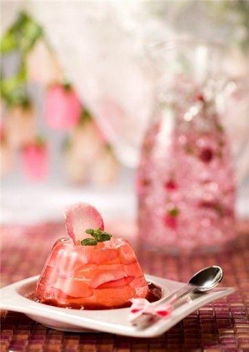 Gelatina cor de rosa com morango dentro... acho q o sabor lichia é o q dá mais certo para ter este efeito.