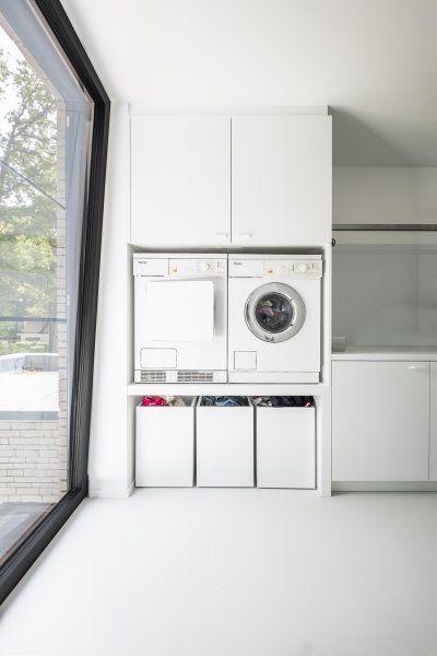 Cleverer Weg, um den Korb unter die Waschmaschine zu legen, Trockner. Vielleicht der Raum darunter