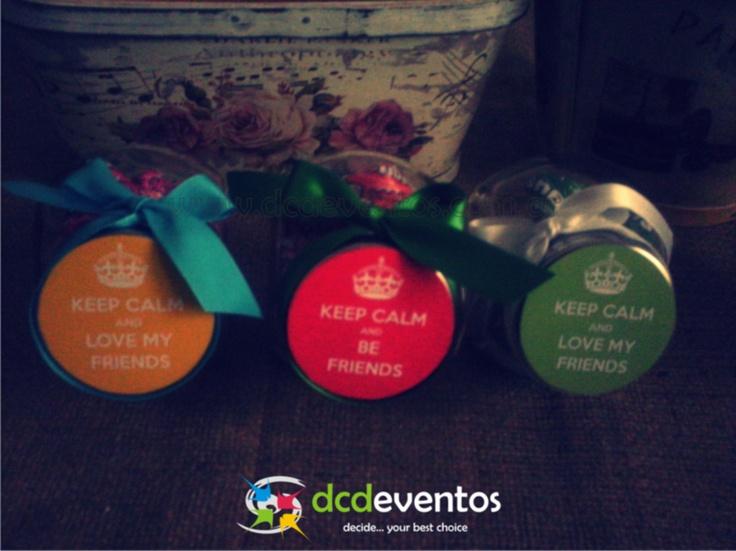 Mini carameleras con contenido dulce personalizadas con tarjeta para el día del amigo. Organización: www.dcdeventos.com.ar