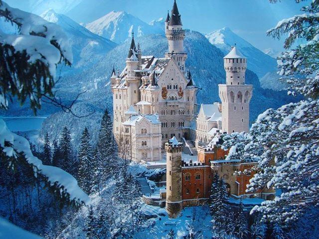 """Il castello di Neuschwanstein in Baviera. Costruito nella seconda metà dell'800 in stile gotico bizantino, medievaleggiante, venne progettato da un architetto che si ispirò al mondo epico e incantato delle opere liriche di Richard Wagner. Disney ne fece il modello per i castelli di """"Biancaneve"""", """"Cenerentola"""" e """"La Bella Addormentata""""."""