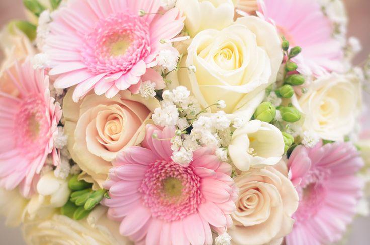 bruidsboeket in pasteltinten rozen, gipskruid en gerbera's