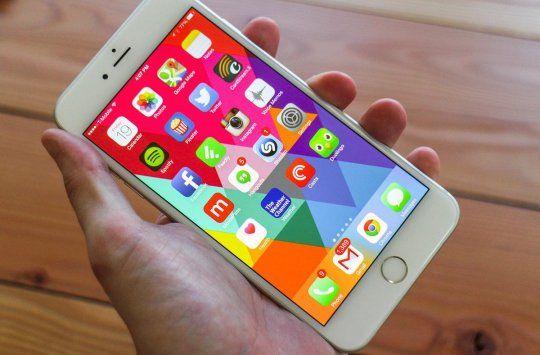 """Multi fani ai Apple obisnuiau sa priveasca cu destule rezerve lansarile Apple din asa numitii ani """"S"""" – acei ani in care Apple lanseaza anumite update-uri pentru iPhone, dar fara schimbari radicale de design, hardware sau materiale de constructie. http://blog.cadouriieftine.ro/post/157771901493/iphone-6s-si-6s-plus-primele-iphone-uri-cu-ecrane"""