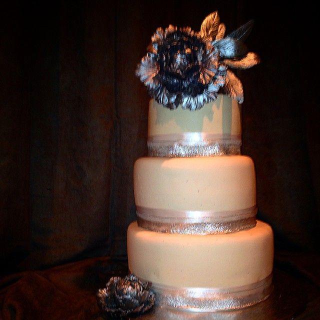 """""""Øver meg på å lage  bryllupskaker#bryllupskake #handmade #homemade  #weddingcake  #sugerart #stablekake #cakeart  #cakedesign #cakesdaily gmn #pion…"""""""