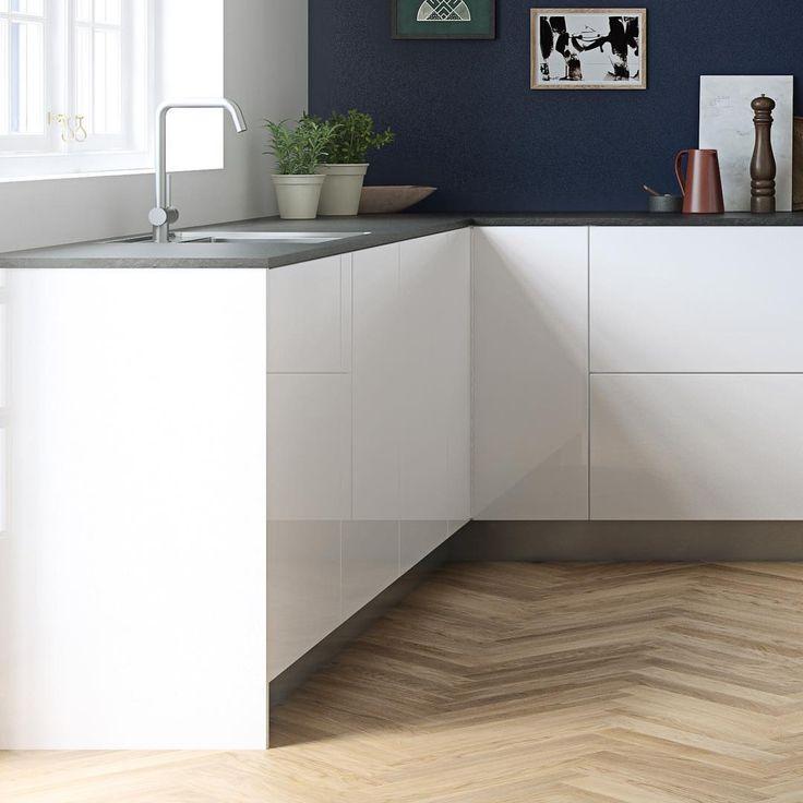 Senti by Kvik  sidepanels all the way to the floor, frames the kitchen modules and create a furniture-like-look  #sentibykvik  #kvik #pushopen #highgloss #highglosskitchen #easyclean #danishdesign