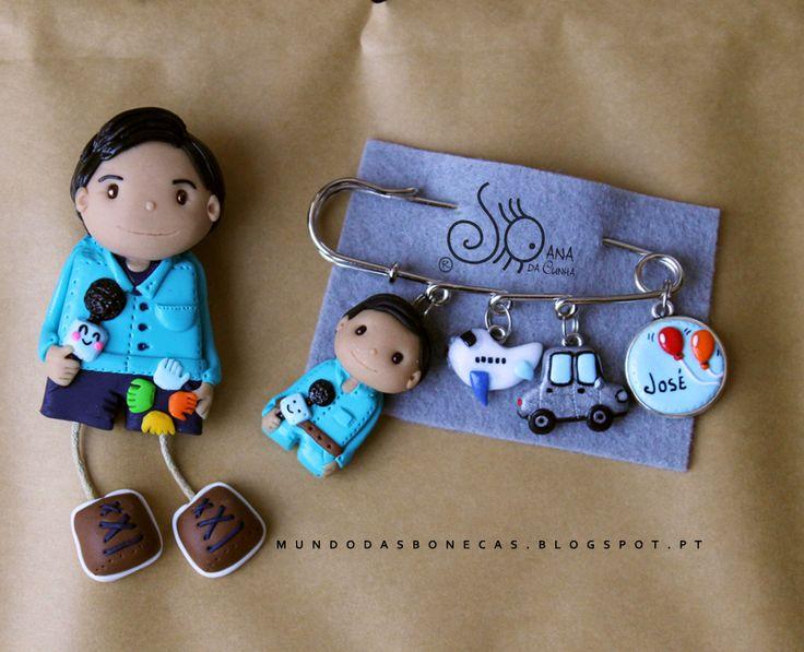 Boneco que se adpata a temas como: animador sociocultural e jornalista Alfinete com boneco com microfone, Avião, Carro, medalha com dois b...