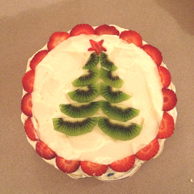 Kiwi Christmas pavlova decoration- I'd add passion fruit drizzle tinsel and blueberry and raspberry decorations!!