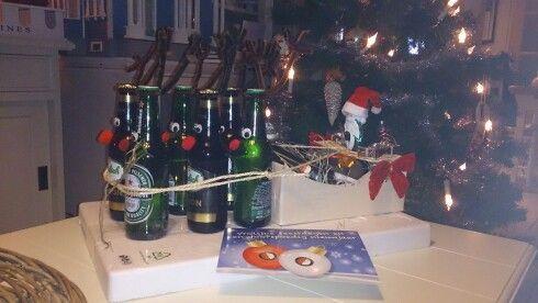 Kerst slee met cadeautjes en flesjes bier.