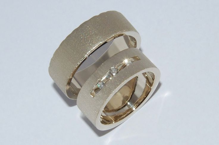Simple but modern are these rings in white gold