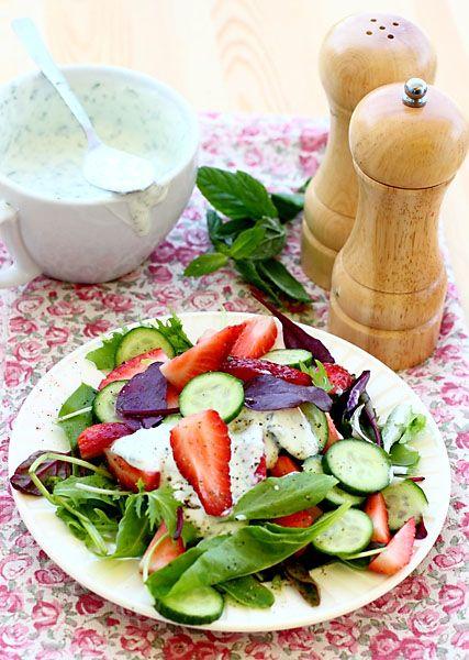 Итальянский салат из клубники и свежих огурцов • Elaizik