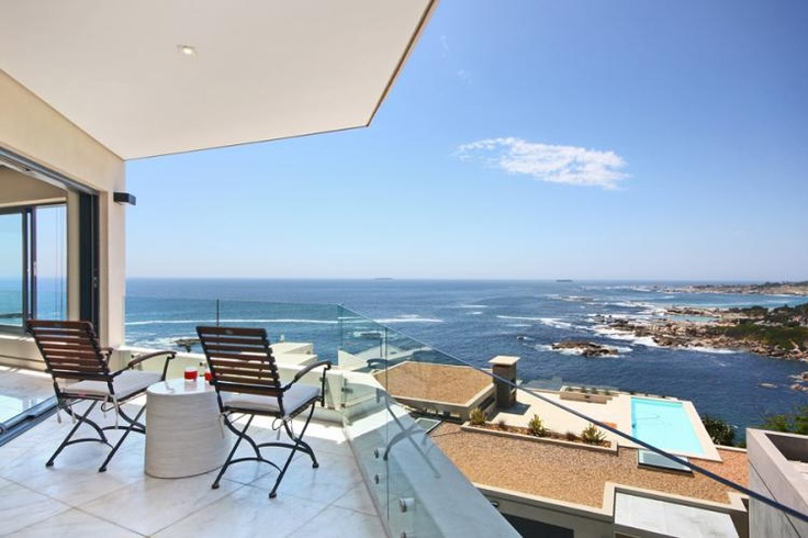 Modern 3 Bedroom Holiday Apartment in Camps Bay | Camps Bay Heights B is a modern 3 bedroom holiday apartment is located in Camps Bay.