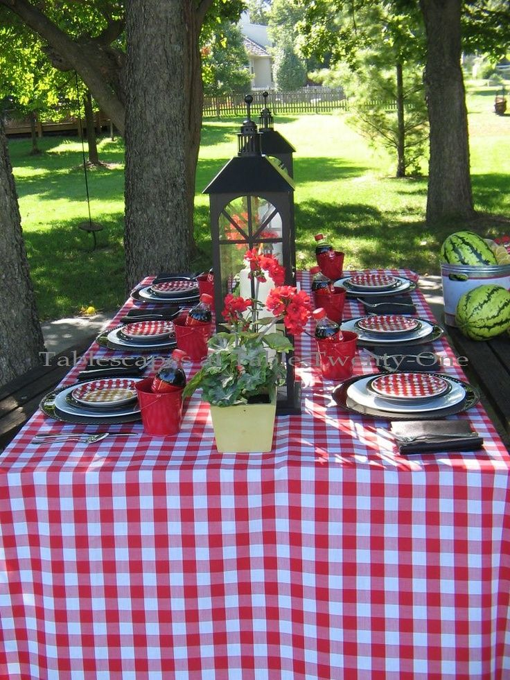 Another great option is using checkered linens' first cousin, gingham tablecloths.
