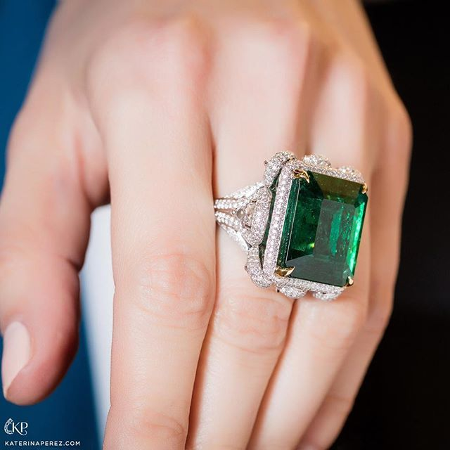 This Colombian emerald ring by Takat @takatnewyork is one of the gorgeous emerald jewels presented at #luxurybyjck @jckevents Photo credit: Simon @martner for #katerinaperezcom. #takat #colombianemerald #takatonkaterinaperezcom #emerald #emeraldring #highjewelry #finejewellery #finejewelry #jckbound2017
