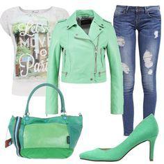 Maglietta maniche corte bianca con stampa e scollo tondo, giubbino in pelle corto verde chiaro, jeans effetto ripped skinny fit, décolleté verde menta dal tacco comodo, borsa in pelle martellata, chiusura a calamita e doppio manico.