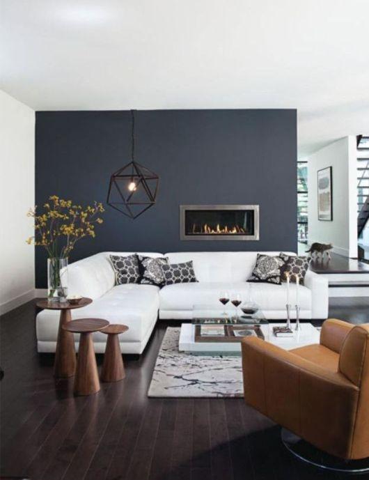 Mur bleu + sofa blanc