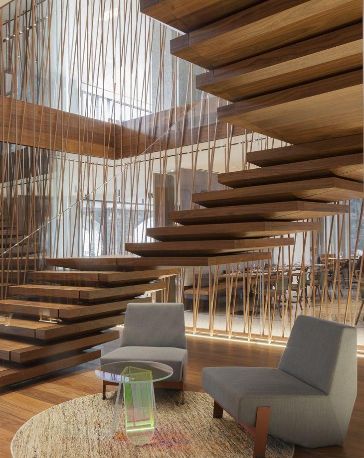 Escada incrível, com acabamento que faz cada degrau parecer flutuar.
