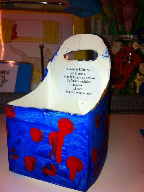 Telefoon oplader van een melkpak. De stekker gaat door het gat en je kunt hem ophangen. Met een lief vaderdag gedichtje.